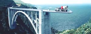 Надежный поставщик на испытании или бетономешалка строит мост