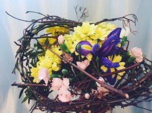 Кустовые хризантемы и другие цветы на каркасе из веток от интернет-магазина ОкЦветок