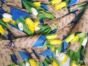 Тюльпаны в корпоративной упаковке из крафт-бумаги от интернет-магазина Ок Цветок в Перми