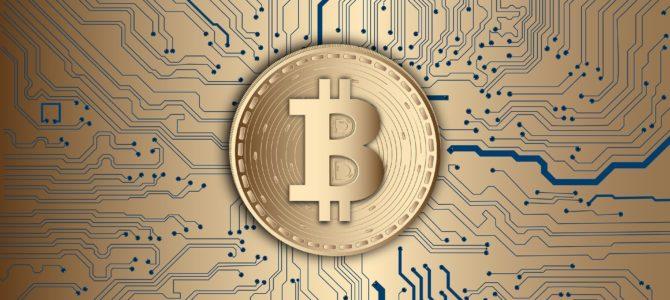 В чем уникальность Bitcoin по сравнению с обычными электронными деньгами и безналичными переводами?